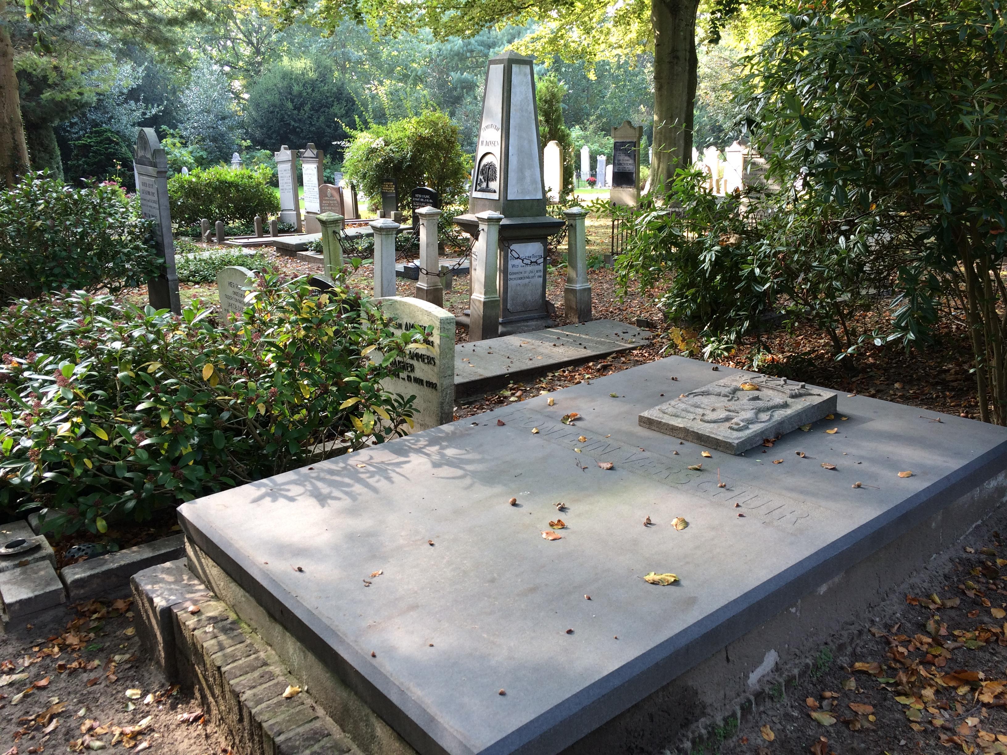 De grafkelder van burgemeester Fotein Verschuir. Deze bestaat uit twee kamers waarin meerdere doodskisten staan. De afdekplaat is recentelijk nog vervangen. Foto: Regionaal Archief Alkmaar