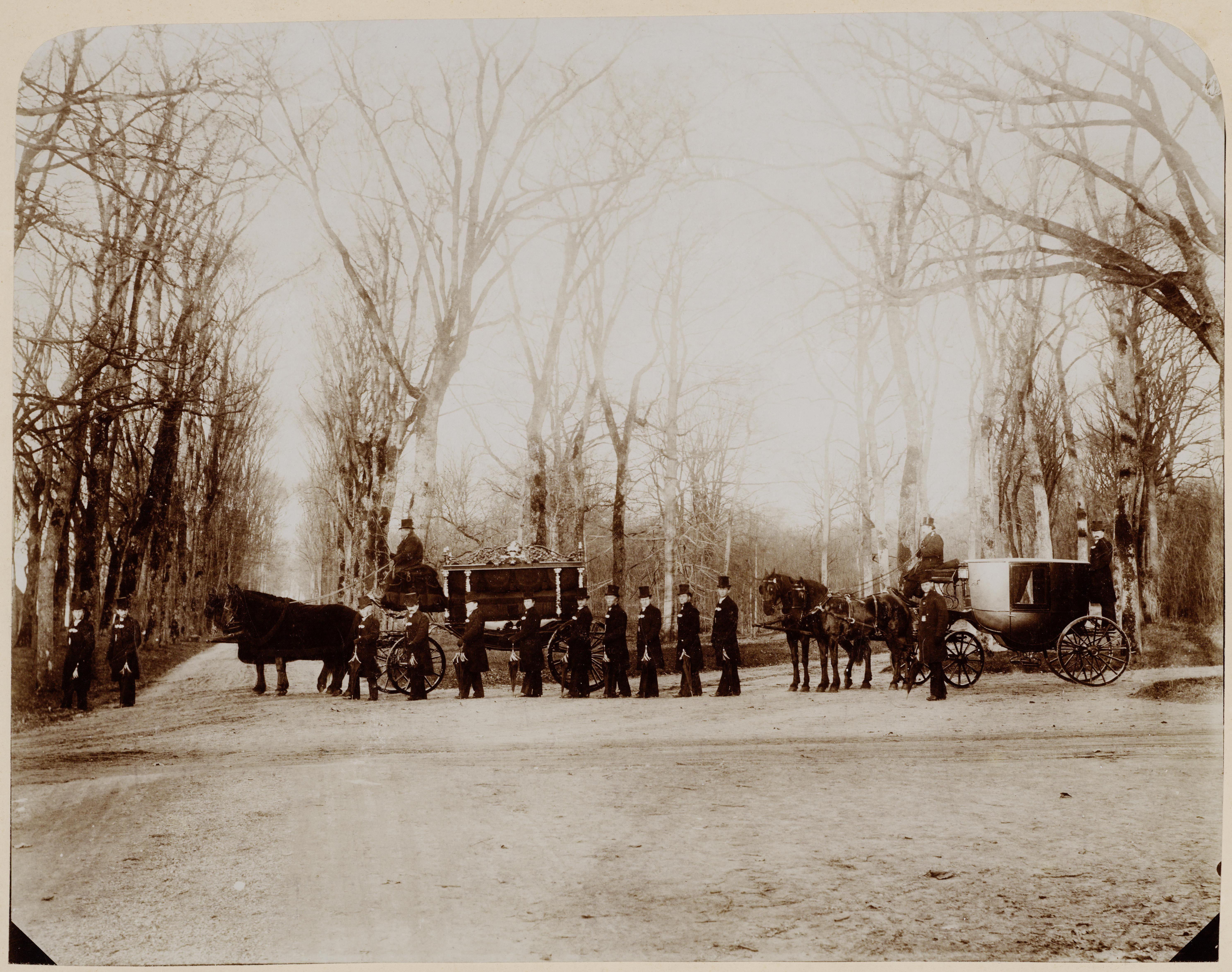 Een begrafenisstoet staat op het punt de Algemene Begraafplaats op te rijden. Ca. 1900. Vervaardiger onbekend. Collectie Regionaal Archief Alkmaar.