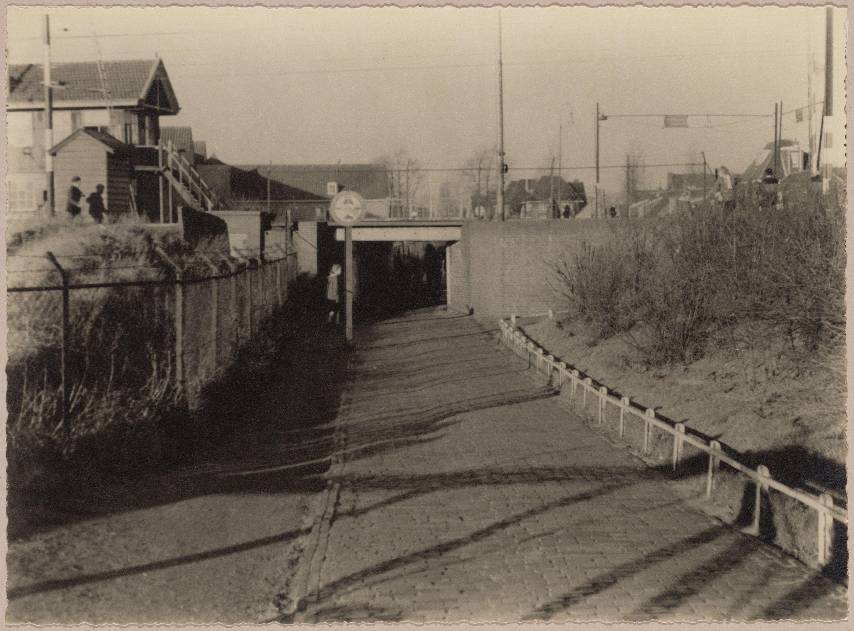 De voetgangerstunnel in 1939. Vervaardiger: onbekend. Collectie Regionaal Archief Alkmaar. Cat. nr.: FO 1000122