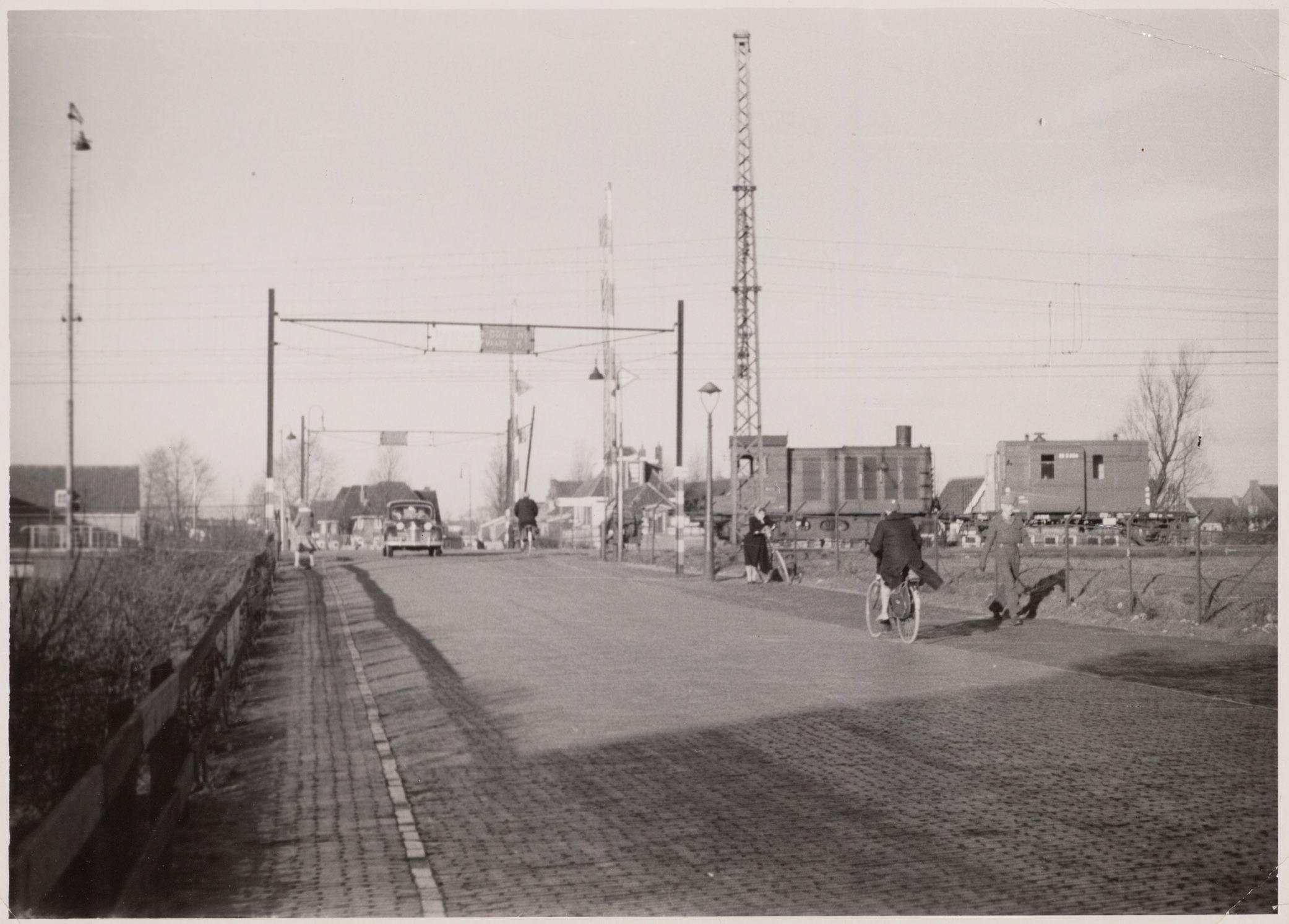 De spoorwegovergang in 1954. Vervaardiger: onbekend. Collectie Regionaal Archief Alkmaar. Cat. nr.: FO 1000124