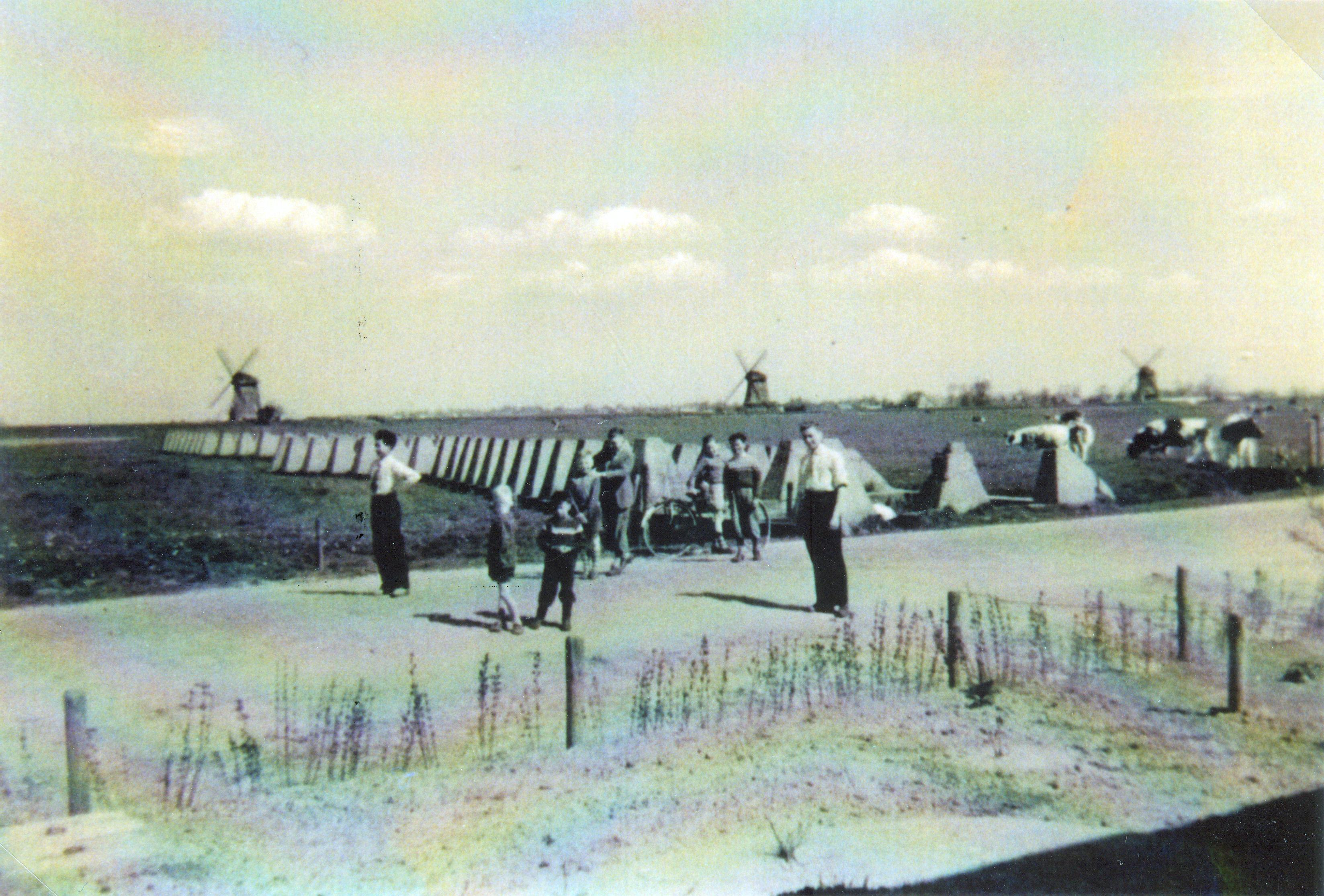 Leden van de familie Risa, Koning en Pieters bij het noordelijk deel van de tankwal aan de Munnikenweg, op de achtergrond de Molenkade. Foto: uit privécollectie.